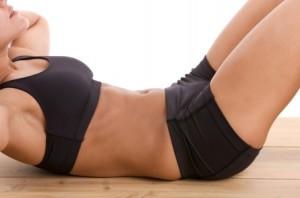 Видео: Стомачни вежби со подигнување на колената на лежалка